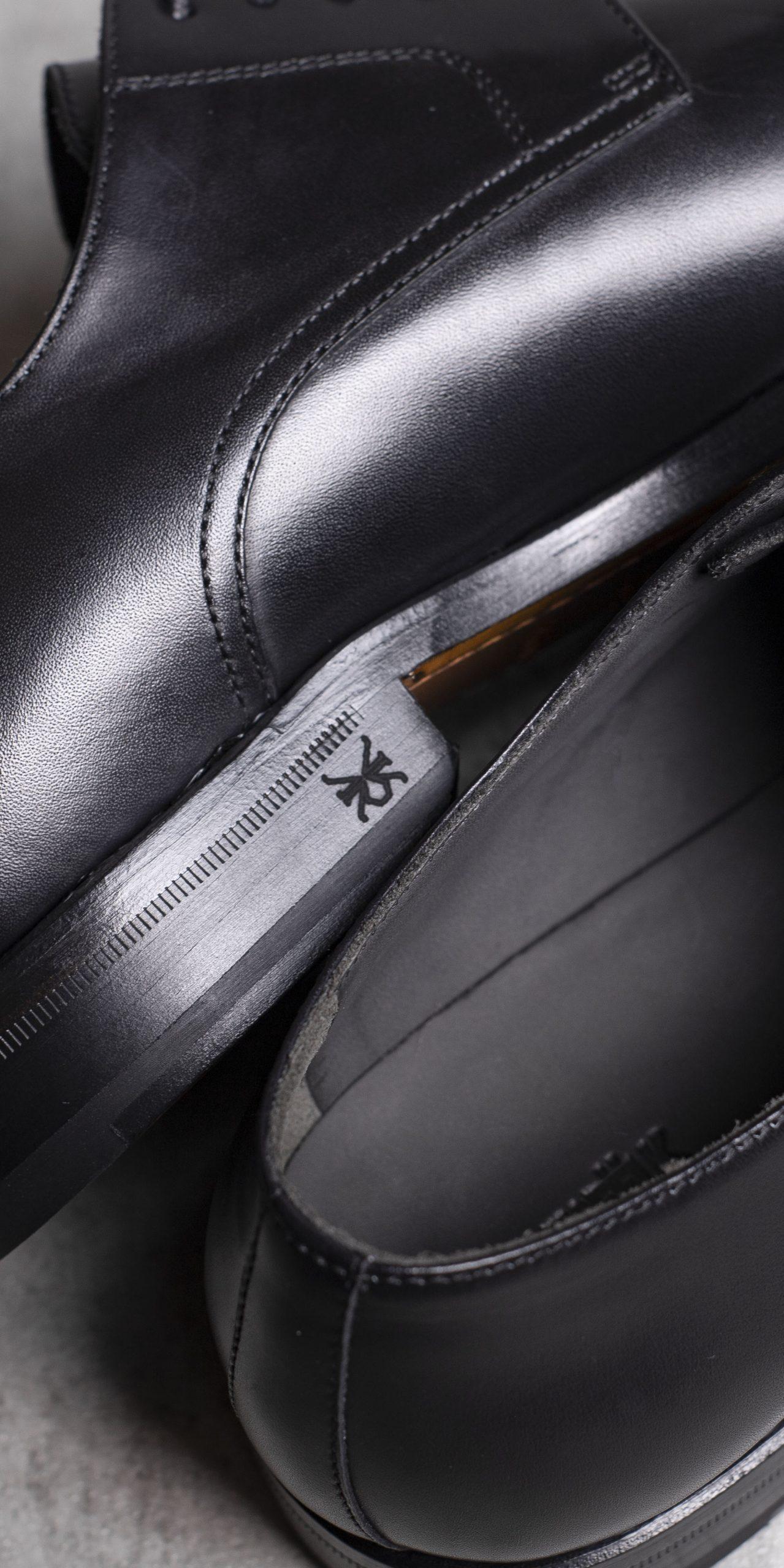 DERBY · 0649 Black leather The Seëlk 7